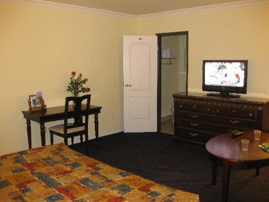 Econo Lodge Long Beach : Large room and TV