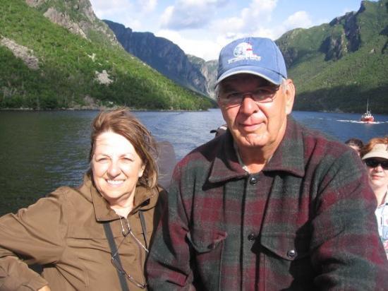 Gros Morne National Park, แคนาดา: Pierre et moi sur le bateau lors de l'expédition dans le Fjord Western Brook Gros Morne...Magnif