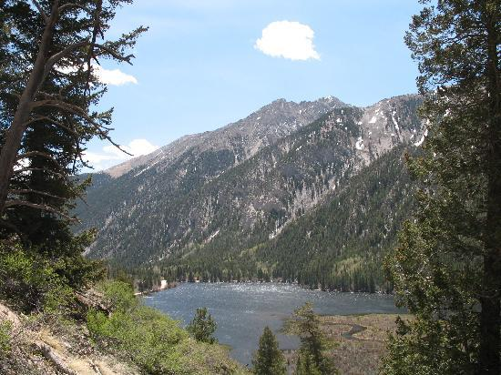 Thunder Lodge : Cottonwood Lake, just up the road from town