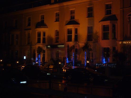 Tynedale Hotel: Hotel from rainy seafront at night