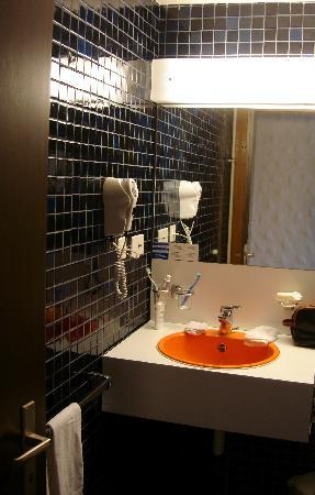 Leysin, Suiza: navy and orange bathroom