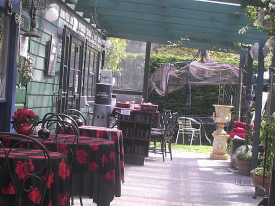 Wild Roses Cafe: Part of the eating area