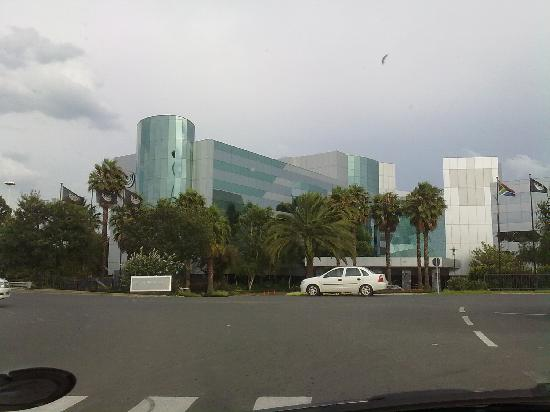Southern Sun O.R Tambo International Hotel: The view of the hotel as you approach.