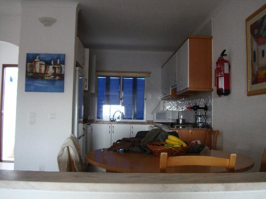 Cheerfulway Alto do Moinho: Kitchen