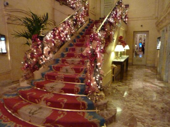 Hotel Ritz, Madrid: Stairwell in the lobby decorated for Christmas