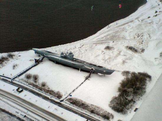 U-Boot U 995: pogled s vrha memorijala na U-995 (i 2-3 debila koji su po toj mećavi na ispod nule tjerali kite