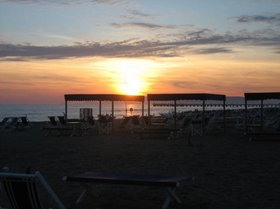 Forte Dei Marmi, Italien: forte de marmi sunset- the beach and ligurian sea.