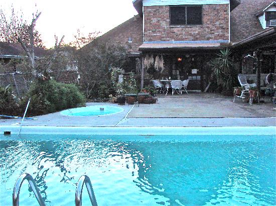 Crochet House Bed & Breakfast: Pool and Jacuzzi