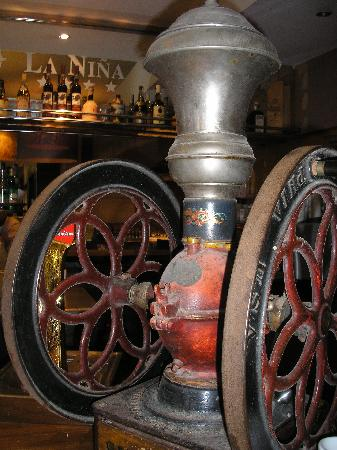 La Nina Hotel: antique coffee mill in breakfast area