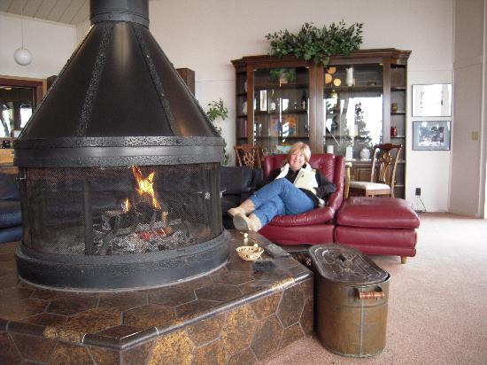 Whale Watch Inn by the Sea: The Lounge adjacent to the Cliffside Room