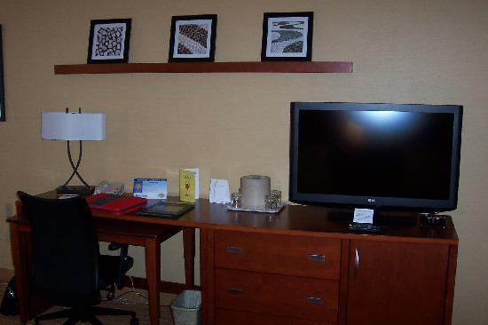 Courtyard Traverse City: TV & Desk