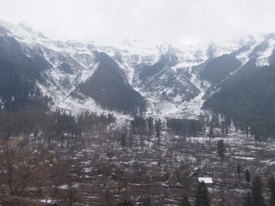 Srinagar, India: Snowy mountains en route