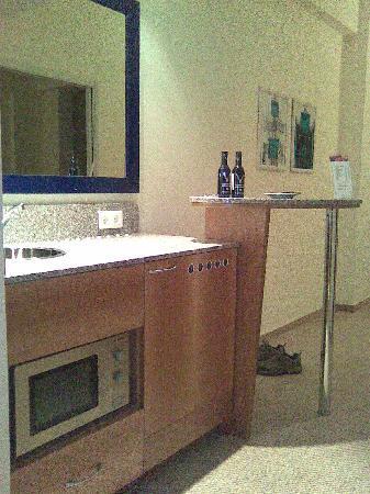 Starlight Suites Hotel: Kitchen area