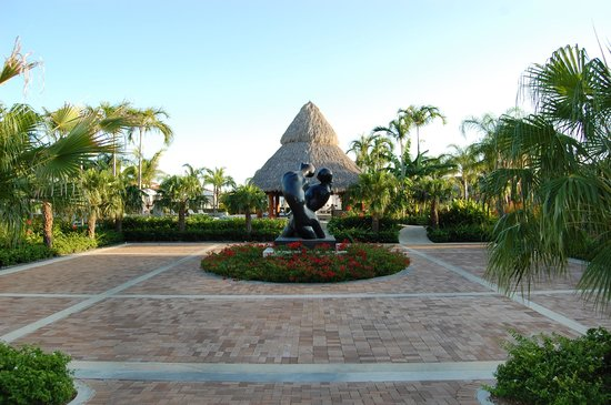 JW Marriott Panama Golf & Beach Resort: sculpture on hotel grounds