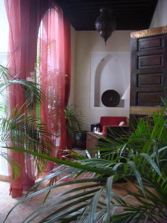 Riad Calista: Un petit salon pour prendre le petit déjeuner