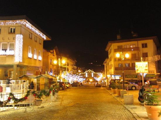 Bourg Saint Maurice, France : メイン通りから駅前をみた写真