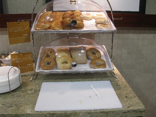 Hampton Inn & Suites by Hilton Brantford, Ontario: Breakfast area: pastries, toast, bagels with cutting board