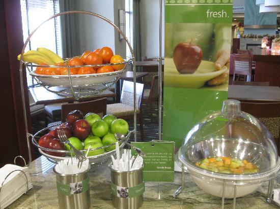 Hampton Inn & Suites by Hilton Brantford, Ontario: Breakfast area: choice of fruit and fresh fruit cocktail