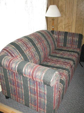 Royalty Maples Cottages and Motel: Living area sofa