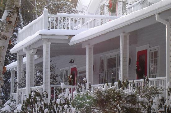 Stagecoach Inn: The inviting porch waiting for warmer weather.