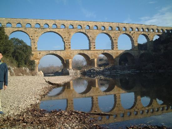 Vers-Pont-du-Gard, Frankrig: 川面に鏡写しされたPont du Gard