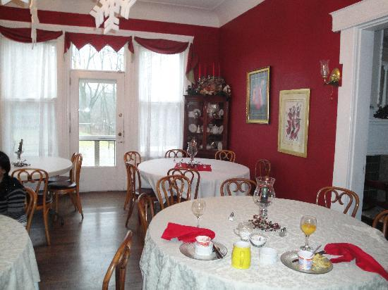 Six Acres Bed & Breakfast: The dining room