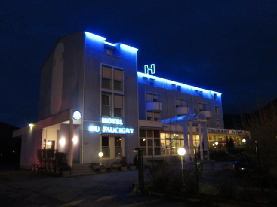 Inter Hotel du Faucigny : 夜はインターからひと目でわかる外装