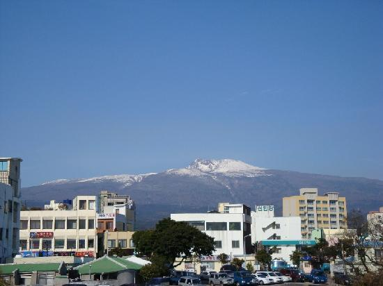 Tae Gong Gak: Rooftop view of Mt. Halla (Halla-san)