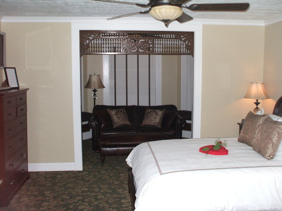 The Guest House Inn on Courthouse Square: Bed and couch