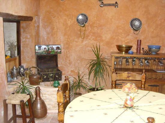 Riad Felloussia: dining area