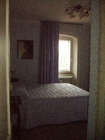 La Casa Medioevale : camera Dante Alighieri vista dal corridoio