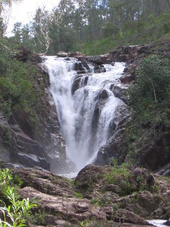 Moonracer Farm Lodging & Tours: Big rock falls.  Picture is not even close to real life.