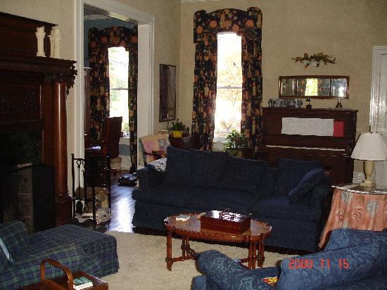 Sugar Magnolia Bed & Breakfast: Guests' sitting room