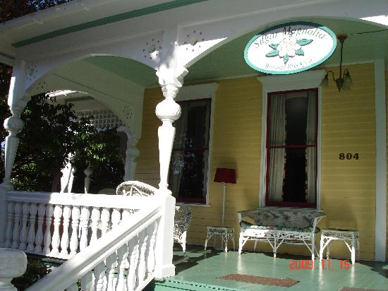 Sugar Magnolia Bed & Breakfast: Front porch