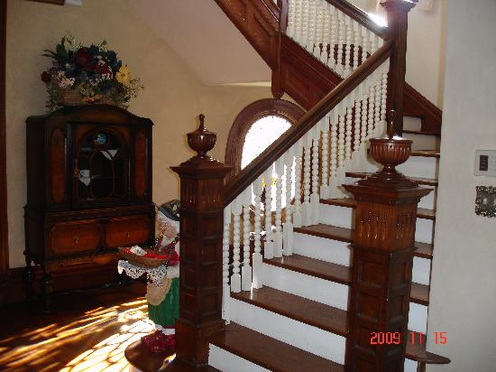Sugar Magnolia Bed & Breakfast: Stairway