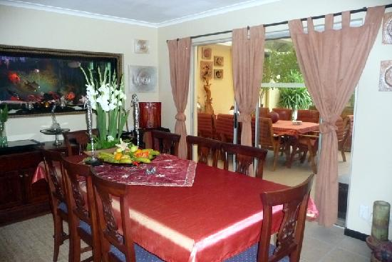 Cape Town Seamore Express Tours and Guesthouse: view from indoor dining room to outdoor dining area