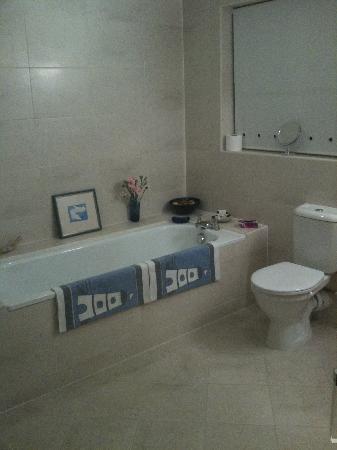 Admiral House Bed & Breakfast: Huge luxury bathroom