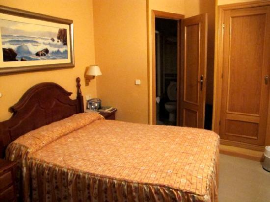 Hostal Oriente: La chambre 105 avec vue sur le puits de lumière de la 1ère photo du diaporama.