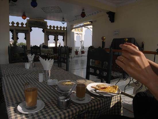 Hotel Udai Niwas: 2nd level terrace / restaurant / breakfast