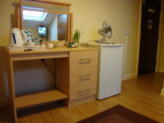 Beech Mount Hotel: fridge, dresser and facilities in double room