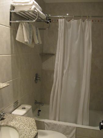 Hotel Ronda Figueres: Bathroom, shower
