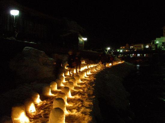 Yunishigawa Onsen: 川沿いの氷のぼんぼり