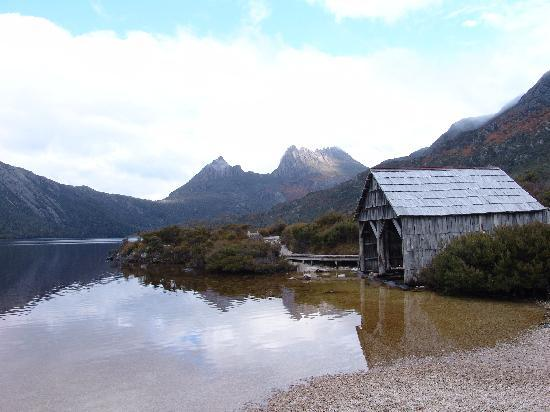 Cradle Mountain-Lake St. Clair National Park, Australia: Dove Lake along the 6km looping board walk to the old boat shed