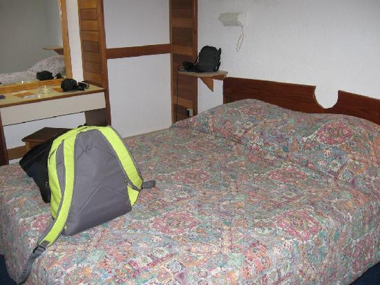 Hotel-Restaurant Louisiane: Small bed, not comfortable