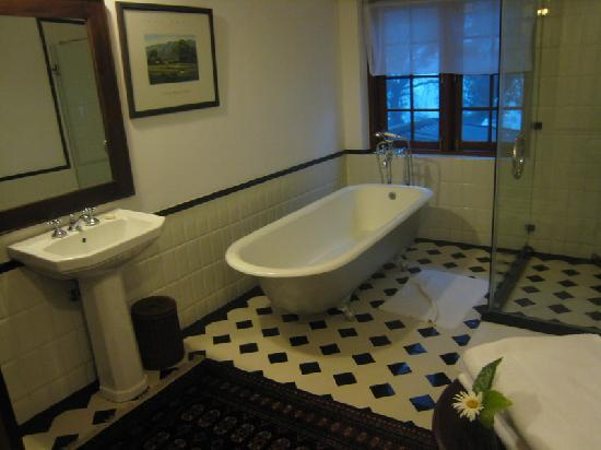 Jetwing Warwick Gardens: Old Fashioned Bathroom