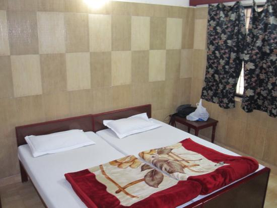 Hotel Sheela: Clean bedroom