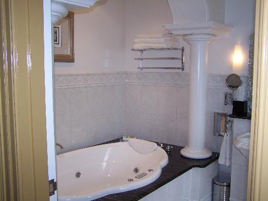 Craig's Royal Hotel: Spa bath rm210