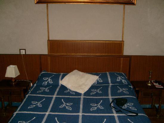 Hostal Seneca: French size double bed (m 1.40/2.00)