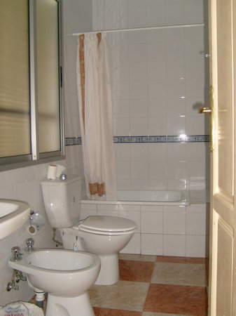 Hostal Arroyo: Spacious and clean bathroom