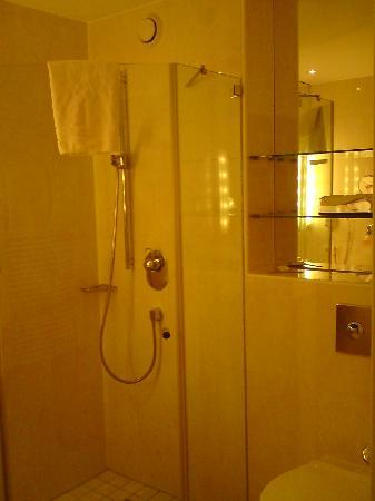 Victor's Residenz Hotel Berlin: Bathroom - Very clean